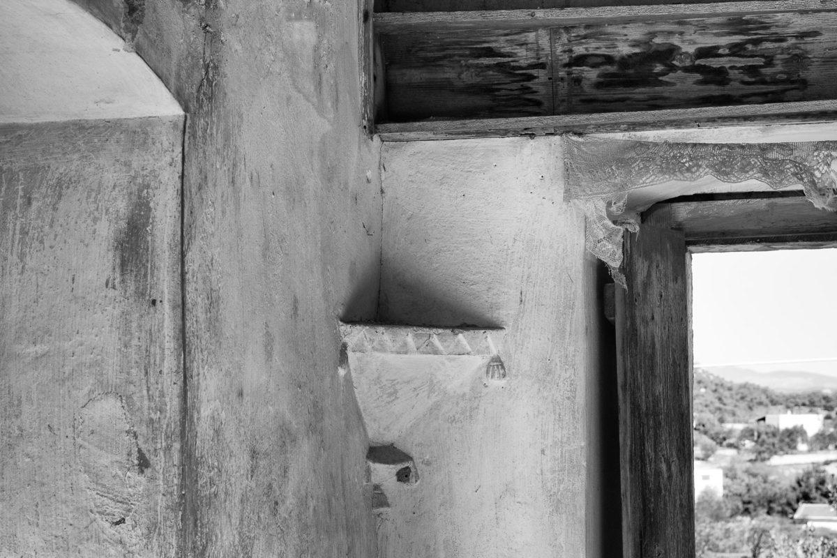 Εικ. 32. Λουλουδιέρα με ζικ ζακ και φούντες στο πατάρι του κυρίως σπιτιού. ©  Παναγιώτης Ηλίας