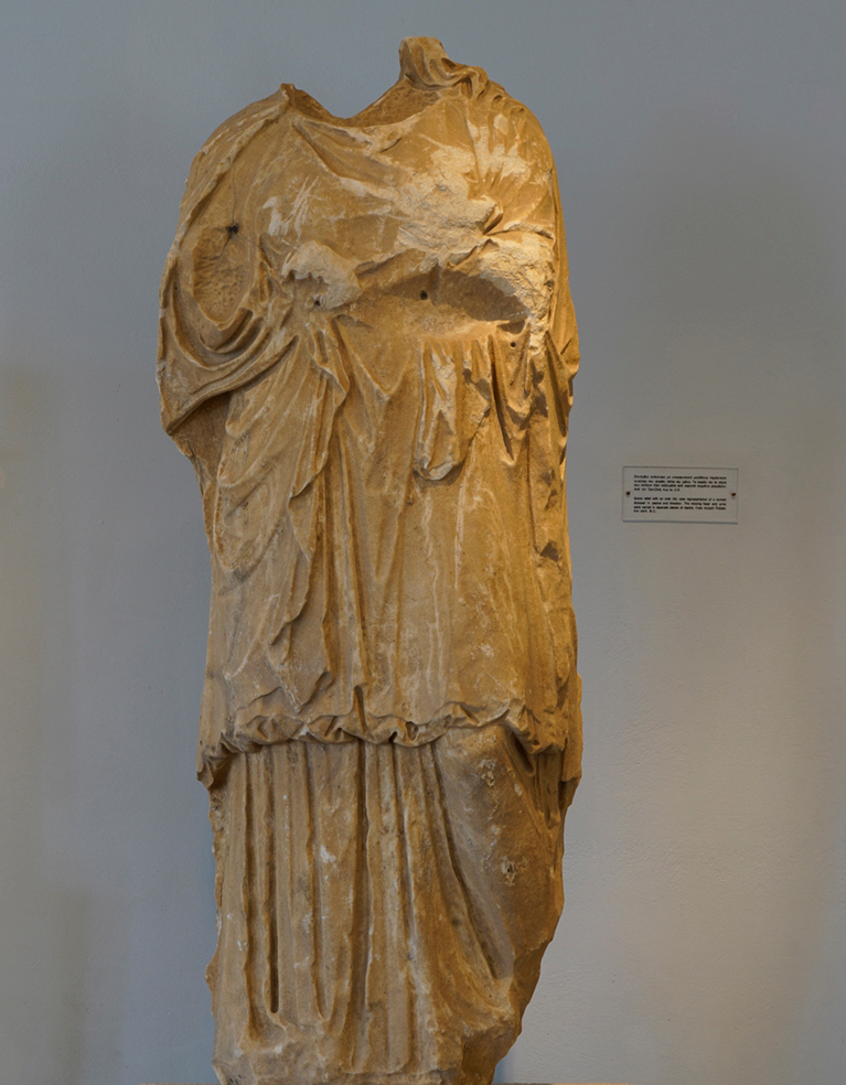 Τμήμα επιτυμβίου αναγλύφου, Αρχαιολογικό Μουσείο Πόρου
