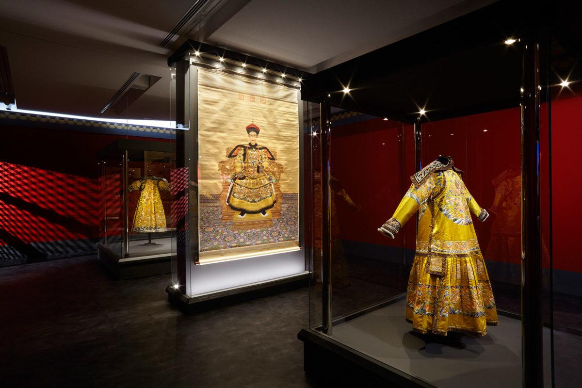 Από την έκθεση «Από την απαγορευμένη πόλη: αυτοκρατορικά διαμερίσματα του Qianlong» που παρουσιάζεται στο Μουσείο Ακρόπολης. Φωτ.: Μουσείο Ακρόπολης / Γιώργος Βιτσαρόπουλος.