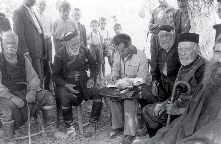 Ο Δημήτριος Πετρόπουλος στο χωριό Καλαμίτσι Αλεξάνδρου του δήμου Αποκορώνου νομού Χανίων Κρήτης, το 1953 (φωτ.: Κέντρον Ερεύνης της Ελληνικής Λαογραφίας).