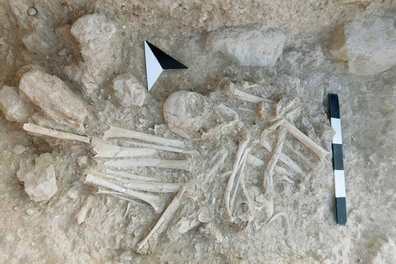 Δευτερογενείς ταφές στο Ταφικό Κτίριο 27. Τα οστά έχουν μεταφερθεί από τον χώρο της πρωτογενούς ταφής τακτοποιημένα (μέσα σε καλάθια προφανώς).