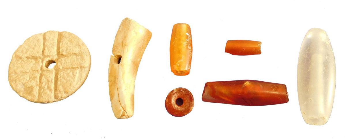 Μεσομινωικές ΙΑ χάνδρες διαφόρων τύπων, από ελεφαντόδοντο, καρνελίνη και ορεία κρύσταλλο.