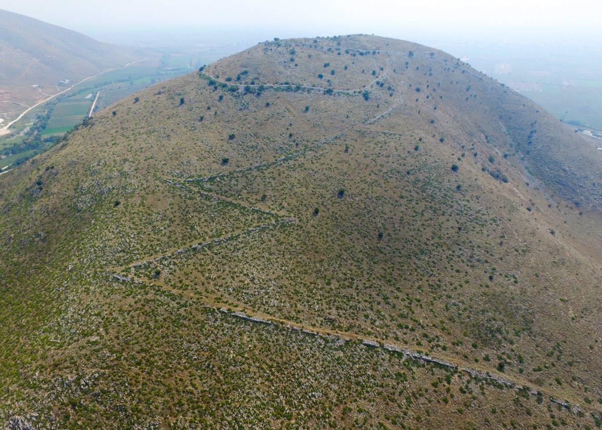 Το αρχαιολογικό πρόγραμμα Βλοχού έχει ως στόχο την καλύτερη κατανόηση της αρχαίας οχυρωμένης πόλης που εκτείνεται στο λόφο Στρογγυλοβούνι και στην πεδινή έκταση στα νότια του λόφου.