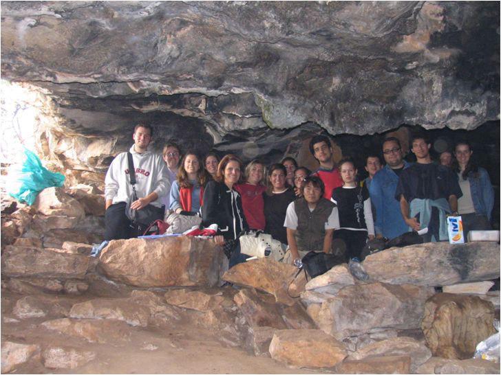 Πανεπιστημιακή ανασκαφή σε συνεργασία με την Εφορεία Σπηλαιολογίας στο σπήλαιο Λεοντάρι Υμηττού 2004, η ανασκαφική ομάδα.