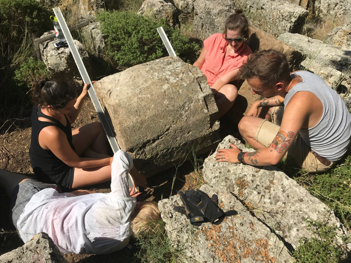Μελέτη των αρχιτεκτονικών στοιχείων της Στοάς στο Ιερό των Μεγάλων Θεών στη Σαμοθράκη. Φωτ.: ΥΠΠΟΑ / Εφορεία Αρχαιοτήτων Έβρου.