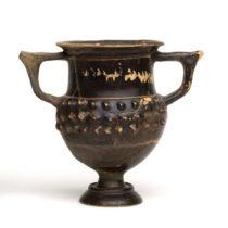 Μελαμβαφής αμφορίσκος με ανάγλυφη διακόσμηση στο σώμα (τέλη 3ου αι. π.Χ.–167 π.Χ.). Αρχαιολογικό Μουσείο Ιωαννίνων.