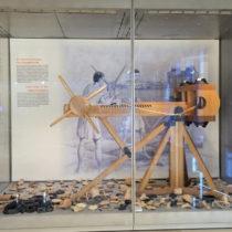 Σύγχρονη αναπαράσταση ενός από τους καταπέλτες του Νεκρομαντείου. Αρχαιολογικό Μουσείο Ιωαννίνων.