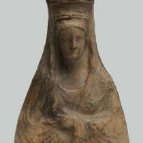 Προτομή της Περσεφόνης με ψηλό «πόλο», στολισμένο με ανάγλυφη παγκαρπία και καλύπτρα στην κεφαλή (3ος αι. π.Χ.). Αρχαιολογικό Μουσείο Ιωαννίνων.