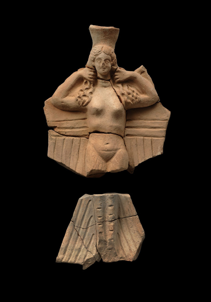 Πήλινο σκεύος σε μορφή ειδωλίου Σειρήνας, 2ος-1ος αι. π.Χ. Από τo δυτικό νεκροταφείο της Απτέρας. Τελετουργικό σκεύος που συνδυάζει κεφαλή και σώμα νεαρής γυναίκας με φτερά και πόδια πτηνού, αποδίδοντας τη μορφή Σειρήνας. © ΥΠΠΟΑ/Εφορεία Αρχαιοτήτων Χανίων.