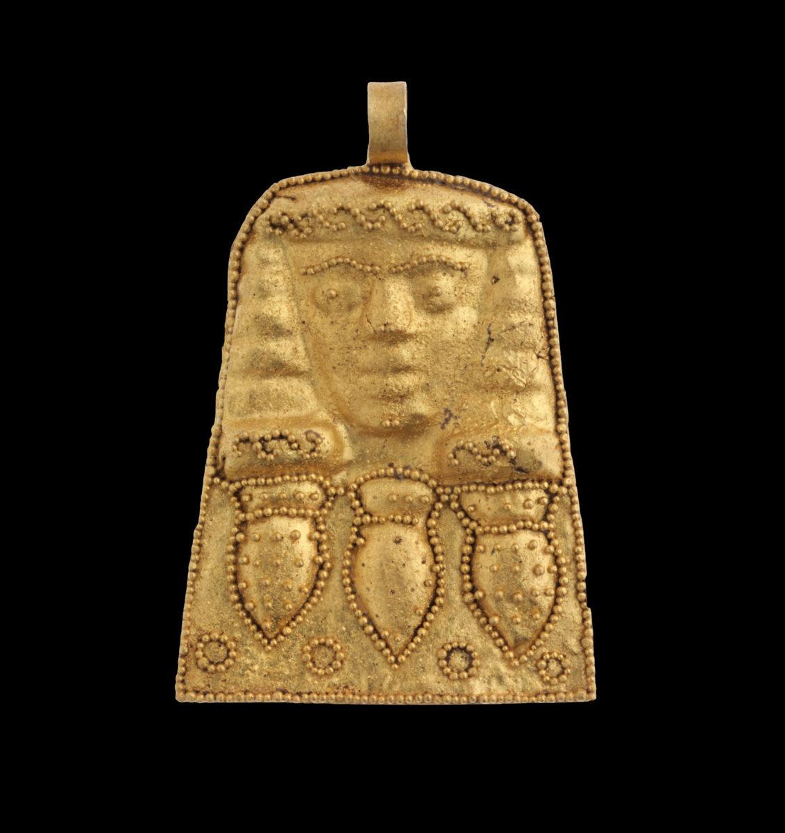Χρυσό περίαπτο (μενταγιόν), πριν τα μέσα του 7ου αι. π.Χ. Από τη Νεκρόπολη της Ορθής Πέτρας. Εικονίζεται γυναικεία μορφή, κάτω από την οποία αποδίδονται τρία αγγεία σε σειρά. © Πανεπιστήμιο Κρήτης / Κέντρο Μελέτης, Μουσείο αρχαίας Ελεύθερνας.