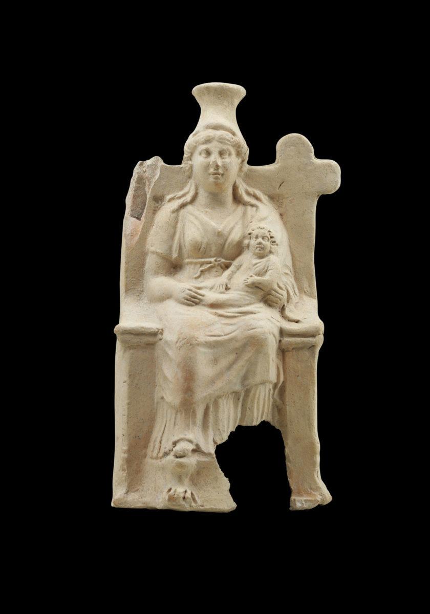 Πήλινο ειδώλιο ένθρονης βρεφοκρατούσας Ίσιδος, 31 π.Χ.-324 μ.Χ. Από Ρωμαϊκό Ιερό. © ΥΠΠΟΑ/ Εφορεία Αρχαιοτήτων Ηρακλείου.