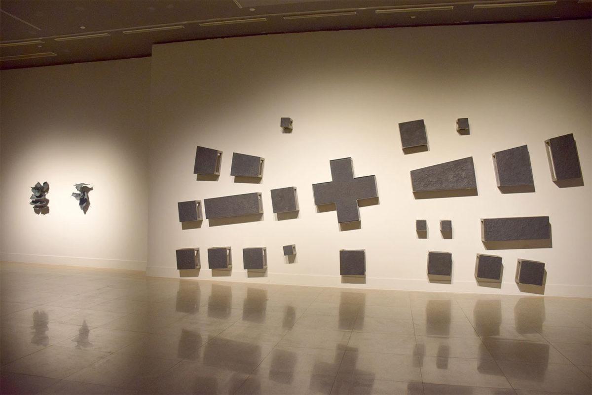 Άποψη της έκθεσης «Εν αρχή ην ο Λόγος. Έννοιες – Εικόνες – Γραφές», του Εθνικού Μουσείου Σύγχρονης Τέχνης της Ελλάδας, η οποία παρουσιάζεται στο Εθνικό Μουσείο Τέχνης της Κίνας (φωτ.: ΕΜΣΤ).