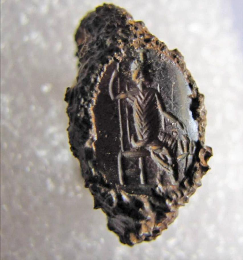 Σιδερένιο δαχτυλίδι ρωμαϊκών χρόνων. Φέρει σφραγιδόλιθο με απεικόνιση Σαράπιδος καθήμενου σε θρόνο που συνοδεύεται από τον Κέρβερο. Φωτ.: ΥΠΠΟΑ.