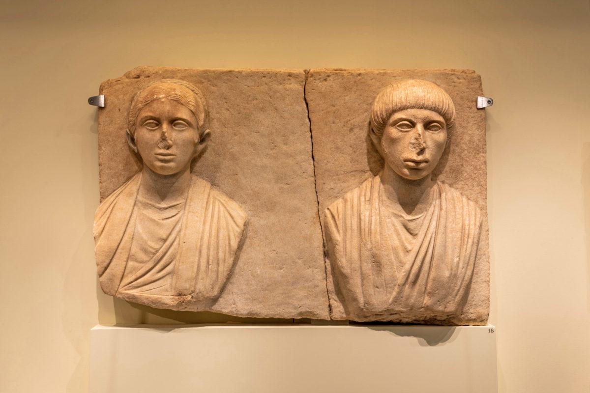 Άπτερα. Μαρμάρινο ταφικό ανάγλυφο. Αρχές 2ου αι. μ.Χ. Φωτ.: Γιώργος Αναστασάκης © Μουσείο Κυκλαδικής Τέχνης.