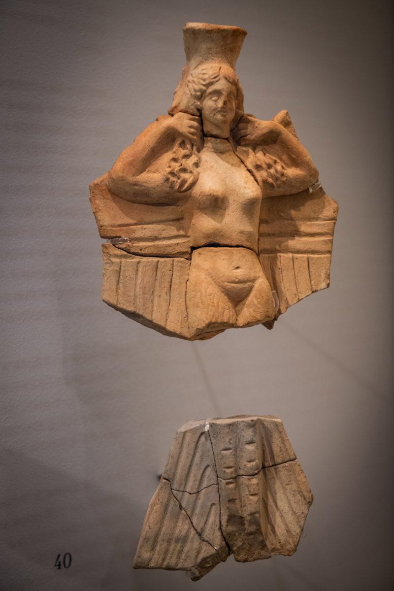 Πήλινο σκεύος σε μορφή ειδωλίου Σειρήνας. 2ος–1ος αι. π.Χ. Φωτ.: Γιώργος Αναστασάκης © Μουσείο Κυκλαδικής Τέχνης.