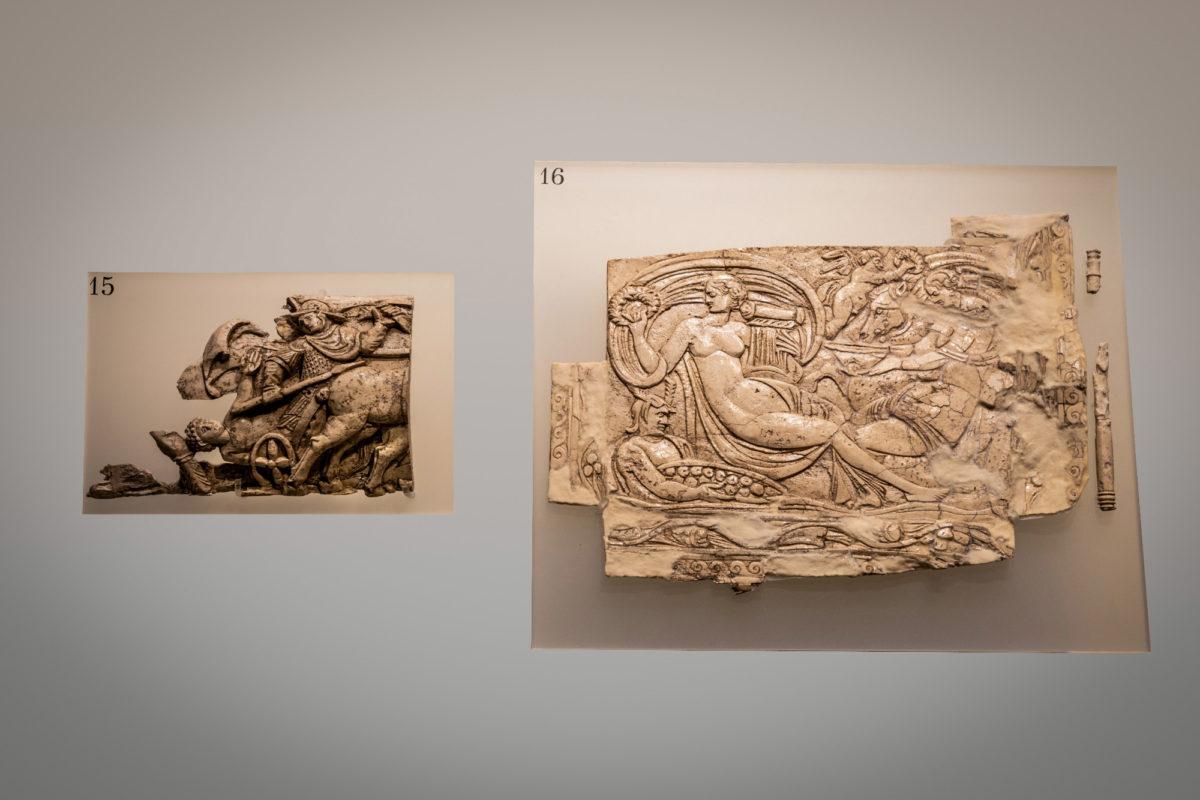 Αριστερά (15): τμήμα ελεφαντοστέινης πλάκας με ανάγλυφη παράσταση οπλίτη πάνω σε δίφρο τεθρίππου άρματος. Δεξιά (16): Ελεφαντοστέινο πλακίδιο. 4ος αι. μ.Χ. Φωτ: Γιώργος Αναστασάκης.