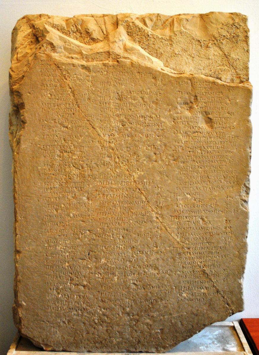 Εικ. 3. Ενεπίγραφη στήλη από τη Θέλπουσα, η οποία διασώζει τμήμα από το περίφημο αγορανομικό διάταγμα του Ρωμαίου αυτοκράτορα Διοκλητιανού (φωτ.: Εφορεία Αρχαιοτήτων Αρκαδίας).