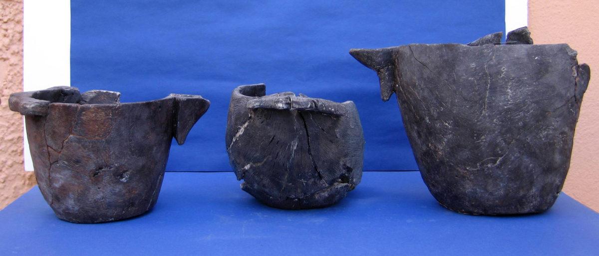 Εικ. 4. Ξύλινα αγγεία του 3ου αι. π.Χ., που χρησίμευαν για μεταγγίσεις υγρών (φωτ.: Εφορεία Αρχαιοτήτων Αρκαδίας).