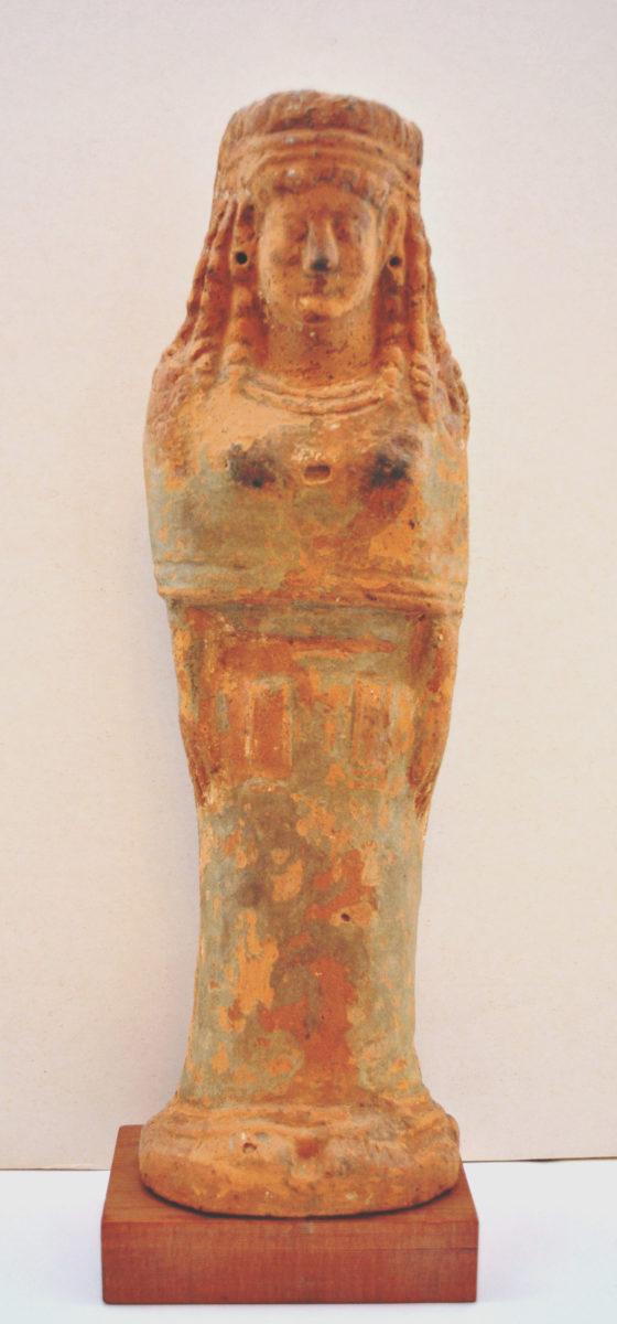 Εικ. 5. Γυναικείο πήλινο ειδώλιο του β' μισού του 6ου αι. π.Χ. από το ιερό μιας χθόνιας θεάς της βλάστησης στο λόφο Γκορτσούλι της Μαντινείας (φωτ.: Εφορεία Αρχαιοτήτων Αρκαδίας).