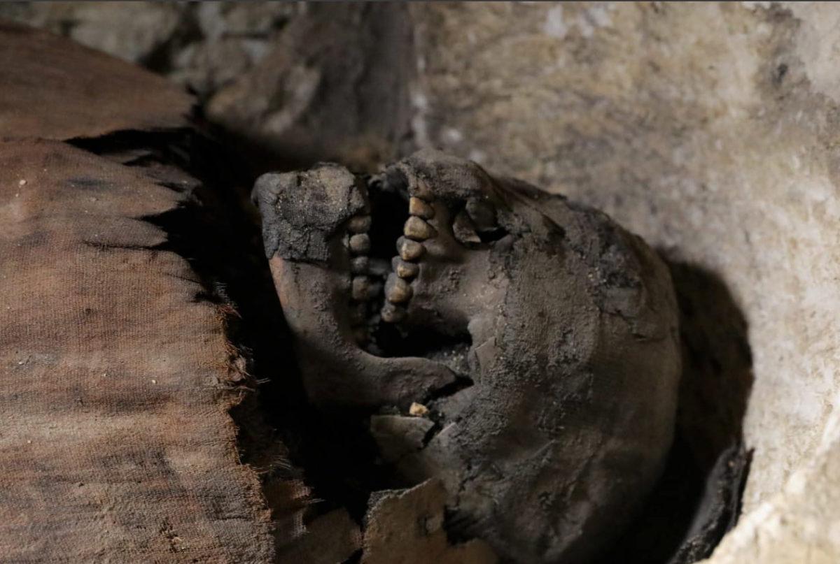 Μούμια που βρέθηκε σε κατακόμβη στην Αίγυπτο (φωτ.: Ministry of Antiquities – Arab Republic of Egypt / Twitter).