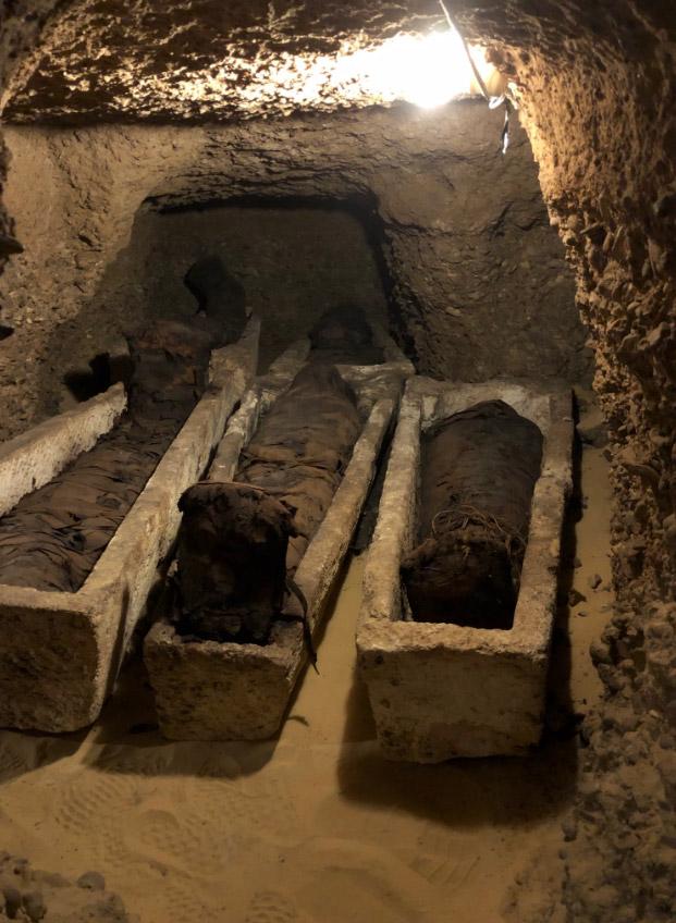 Ορισμένες από τις μούμιες βρέθηκαν τυλιγμένες σε λινό ύφασμα, ενώ άλλες βρίσκονταν σε λίθινα φέρετρα ή ξύλινες σαρκοφάγους (φωτ.: Ministry of Antiquities – Arab Republic of Egypt / Twitter).