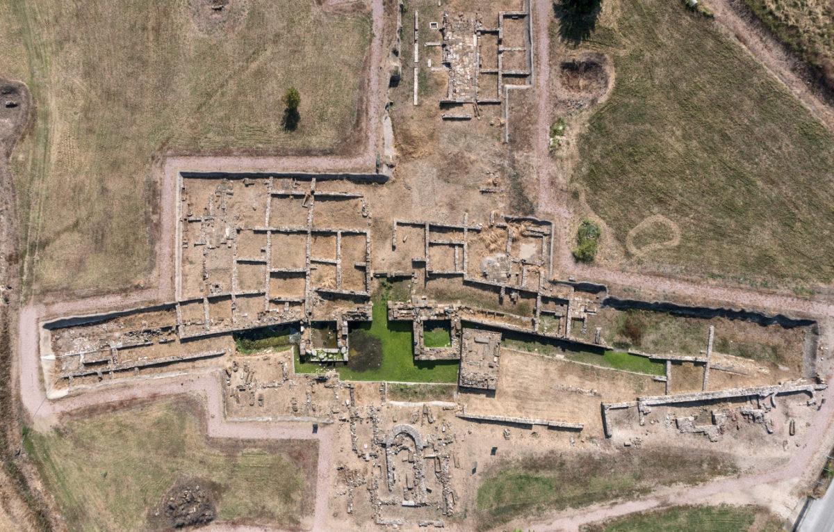Άβδηρα. Τμήμα του δυτικού τομέα του νοτίου περιβόλου με το τείχος και την πύλη του λιμανιού.