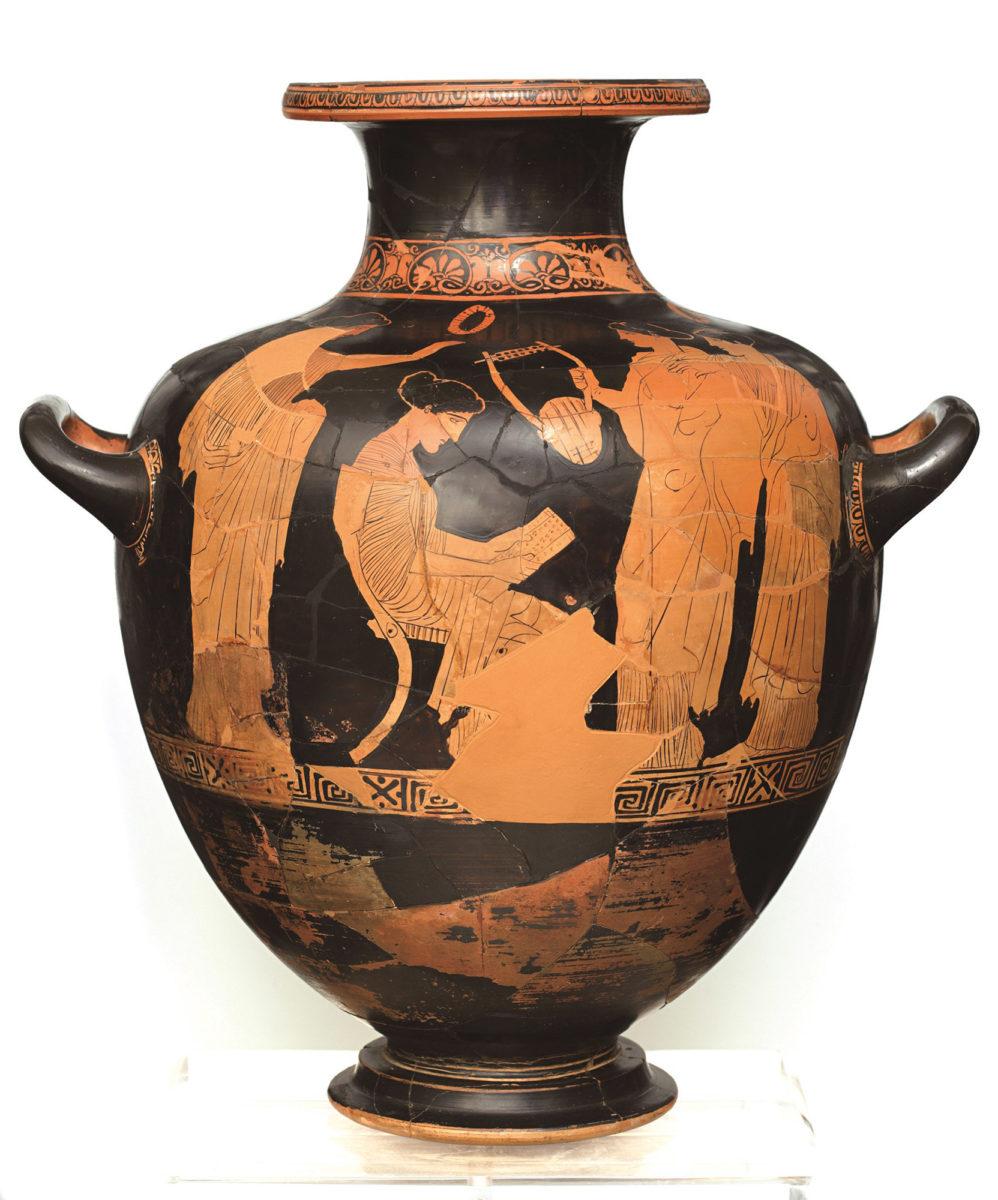 Ερυθρόμορφη υδρία του εργαστηρίου του ζωγράφου του Πολυγνώτου με παράσταση της Σαπφούς που διαβάζει κάποιο ποίημα. Από τη Βάρη Αττικής. 440-430 π.X. (© Εθνικό Αρχαιολογικό Μουσείο/ TAΠΑ).