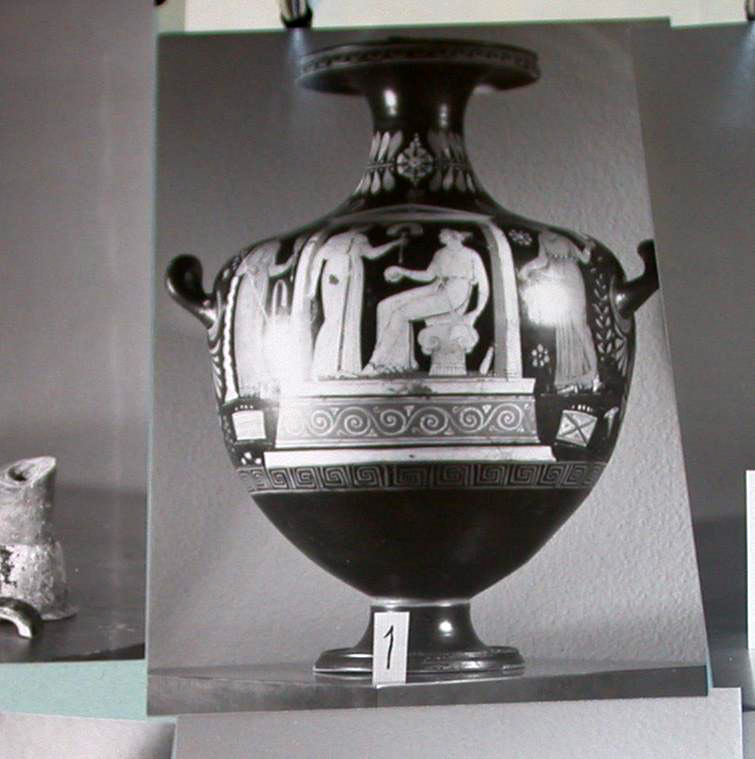 Η υδρία σε φωτογραφία από το αρχείο του Μπεκίνα. Πηγή φωτογραφίας: Χρήστος Τσιρογιάννης.