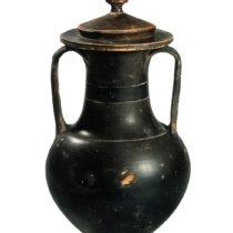 Τεφροδόχος αμφορέας από πηλό, 300–275 π.Χ. Αρχαιολογικό Μουσείο Ιωαννίνων.