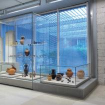 Τα ευρήματα από τον οικογενειακό τάφο της Καστρίτσας (δεξιά προθήκη). Αρχαιολογικό Μουσείο Ιωαννίνων.