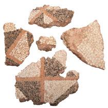 Θραύσματα ψηφιδωτού δαπέδου από το δωμάτιο V του κτιριακού συγκροτήματος Ε. Ελληνιστική εποχή (2ος–1ος αι. π.Χ.). Αρχαιολογικό Μουσείο Ιωαννίνων.
