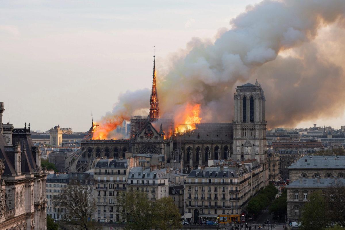 Η Παναγία των Παρισίων στις φλόγες.