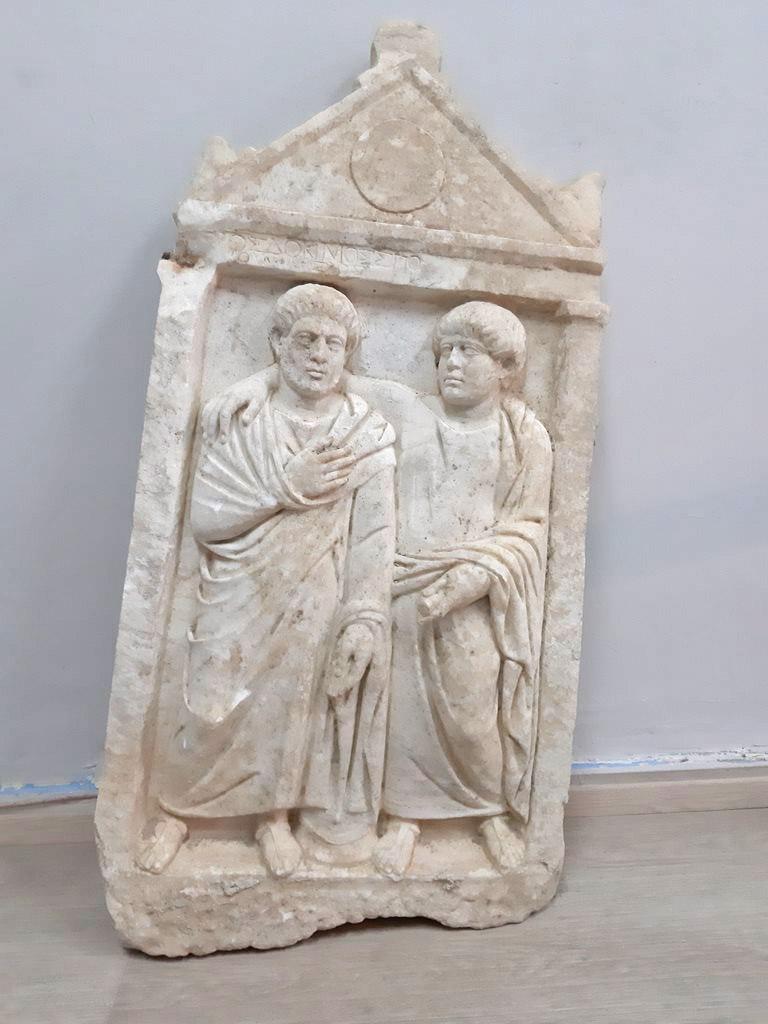 Η επιτύμβια στήλη που βρέθηκε στα Σπάτα (φωτ.: Ελληνική Αστυνομία).