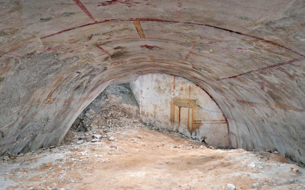 Προς το παρόν διακρίνεται μόνο ο θόλος της αίθουσας (φωτ.: Parco Archeologico del Colosseo).