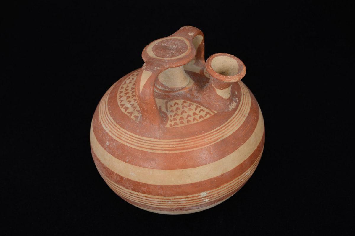 Ψευδόστομος αμφορέας (Π 3898), το κατεξοχήν αγγείο αποθήκευσης και μεταφοράς αρωματικού ελαίου κατά τη Mυκηναϊκή περίοδο. Από το Μαρκόπουλο Αττικής (13ος αι. π.Χ.). Εθνικό Αρχαιολογικό Μουσείο.
