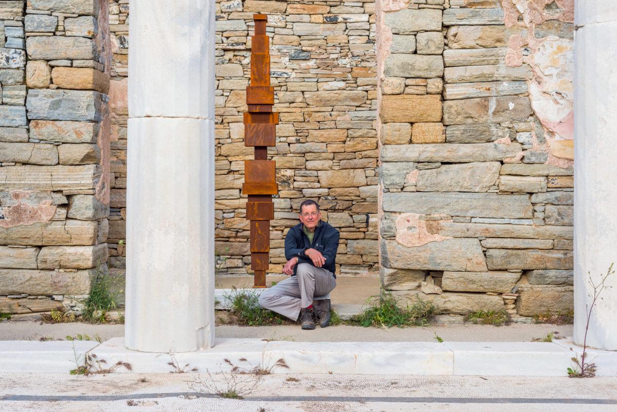 Ο Antony Gormley στον αρχαιολογικό χώρο της Δήλου. Antony Gormley, «Reflect», 2017. Installation view, SIGHT, στον αρχαιολογικό χώρο της Δήλου, 2019. Φωτ.: © Oak Taylor Smith / Courtesy ΝΕΟΝ, Εφορεία Αρχαιοτήτων Κυκλάδων και o καλλιτέχνης.