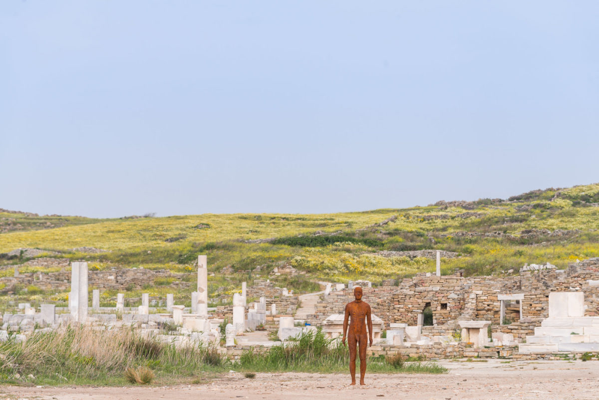 Antony Gormley, «Another Time V», 2007. Installation view, SIGHT, στον αρχαιολογικό χώρο της Δήλου, 2019. Φωτ.: © Oak Taylor Smith / Courtesy ΝΕΟΝ, Εφορεία Αρχαιοτήτων Κυκλάδων και o καλλιτέχνης.