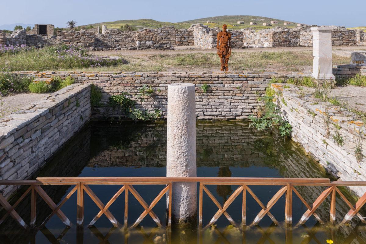 Antony Gormley, «Water», 2018. Installation view, SIGHT, στον αρχαιολογικό χώρο της Δήλου, 2019. Φωτ.: © Oak Taylor Smith / Courtesy ΝΕΟΝ, Εφορεία Αρχαιοτήτων Κυκλάδων και o καλλιτέχνης.