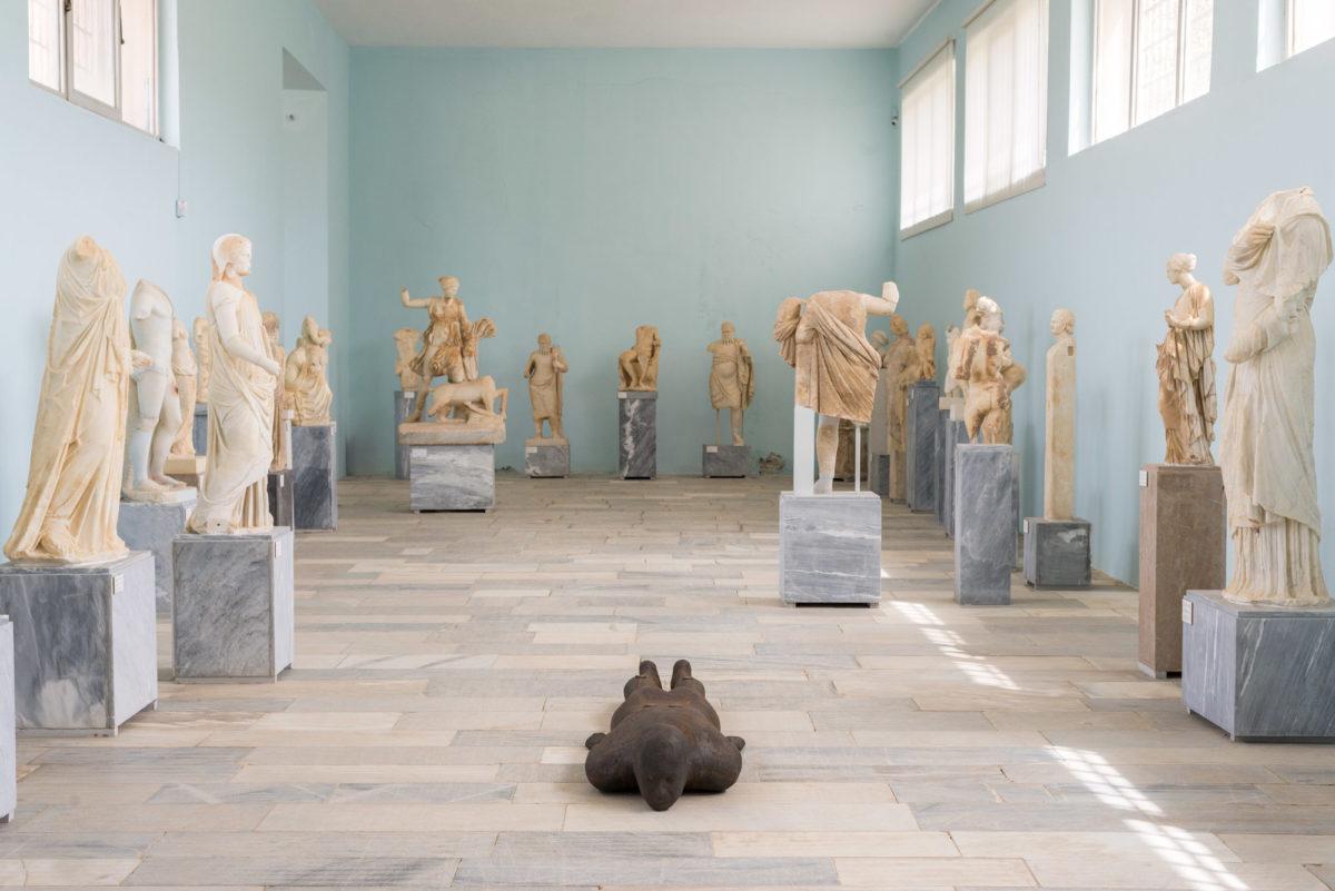 Antony Gormley, «Shift II», 2000. Installation view, SIGHT, στον αρχαιολογικό χώρο της Δήλου, 2019. Φωτ.: © Oak Taylor Smith / Courtesy ΝΕΟΝ, Εφορεία Αρχαιοτήτων Κυκλάδων και o καλλιτέχνης.