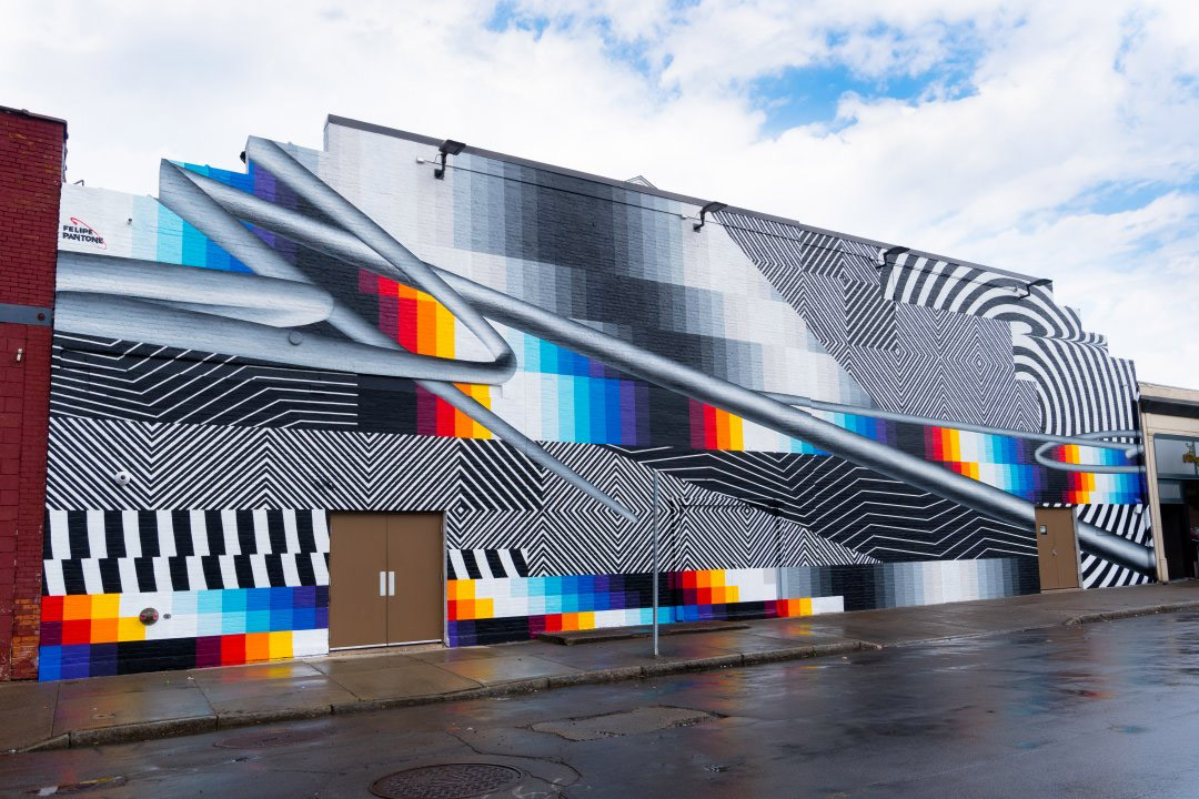 Στο μεγάλης κλίμακας έργο, ο Φελίπε Παντόνε συνδυάζει μαύρα και άσπρα γεωμετρικά μοτίβα, τετράγωνα σε κλίση και ένα ουράνιο τόξο από υπερμεγέθη πίξελ.