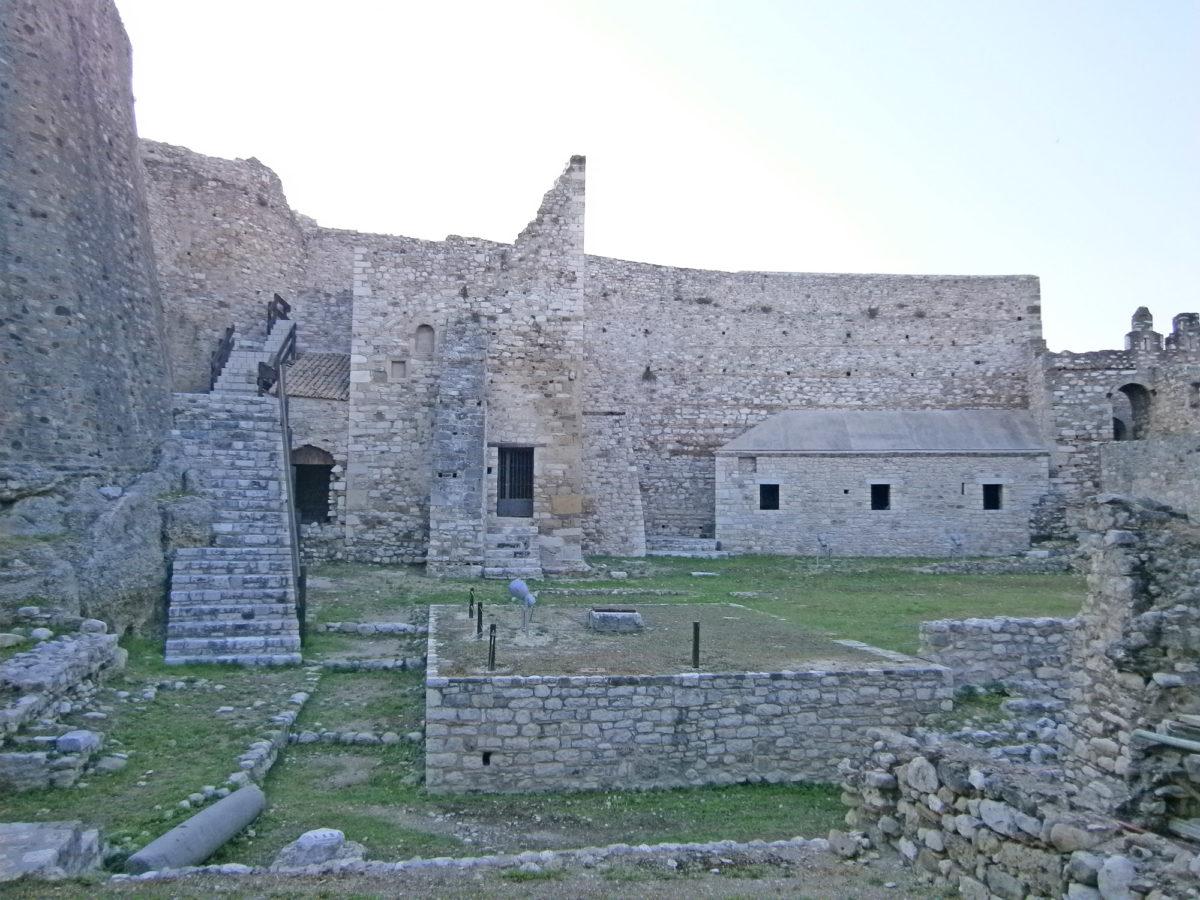 Τα παιδιά θα γνωρίσουν τον «πέτρινο φύλακα» της πόλης που στέκει εδώ και αιώνες ακοίμητος φρουρός.