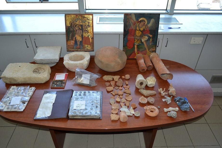 Οι αρχαιότητες που κατασχέθηκαν στο Ηράκλειο (φωτ.: ΕΛΑΣ).