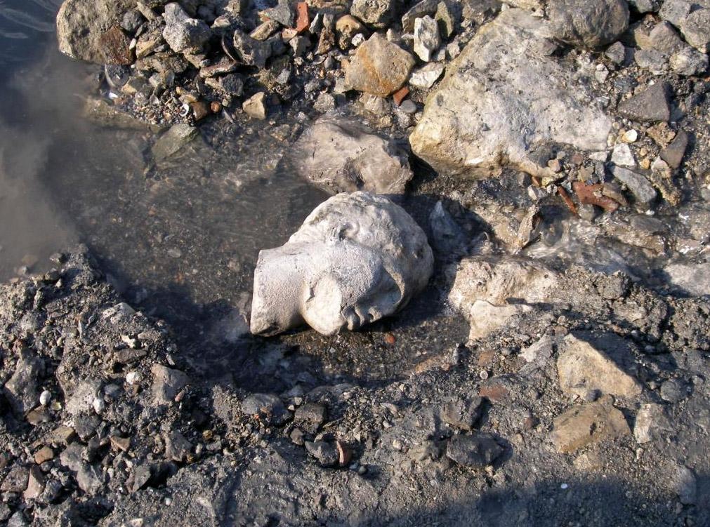 Σαλαμίνα, Όρμος Αμπελακίου. Η κεφαλή μαρμάρινου αγάλματος, όπως βρέθηκε στο κύριο αρχαιολογικό στρώμα, στην περιοχή του δημοσίου κτηρίου. © Χ. Μαραμπέα.