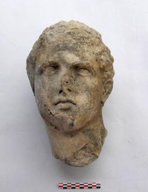 Σαλαμίνα, Όρμος Αμπελακίου. Κεφαλή μαρμάρινου αγάλματος νέου (αθλητή ή θεού) του τέλους της Κλασικής περιόδου, πριν από τη συντήρηση. © Χ. Μαραμπέα.