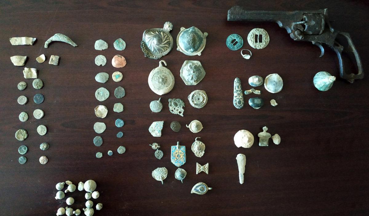 Οι αρχαιότητες που εντοπίστηκαν σε περιοχή της Βόρειας Ελλάδας και κατασχέθηκαν (φωτ.: ΕΛΑΣ).