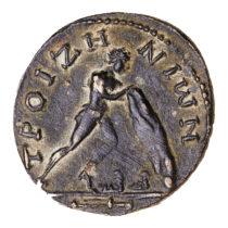 Χάλκινο νόμισμα της Τροιζήνας που απεικονίζει τον Θησέα να ανασηκώνει το βράχο για να πάρει τα σανδάλια και το ξίφος του Αιγέα (2ος–3ος αι. μ.Χ.).
