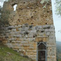 Ο πύργος του ελληνιστικού διατειχίσματος με το μεσαιωνικό εποικοδόμημα.