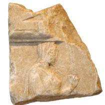 Αναθηματικό ανάγλυφο του 4ου αι. π.Χ. με παράσταση γυναικείας μορφής, πιθανώς της Αφροδίτης.