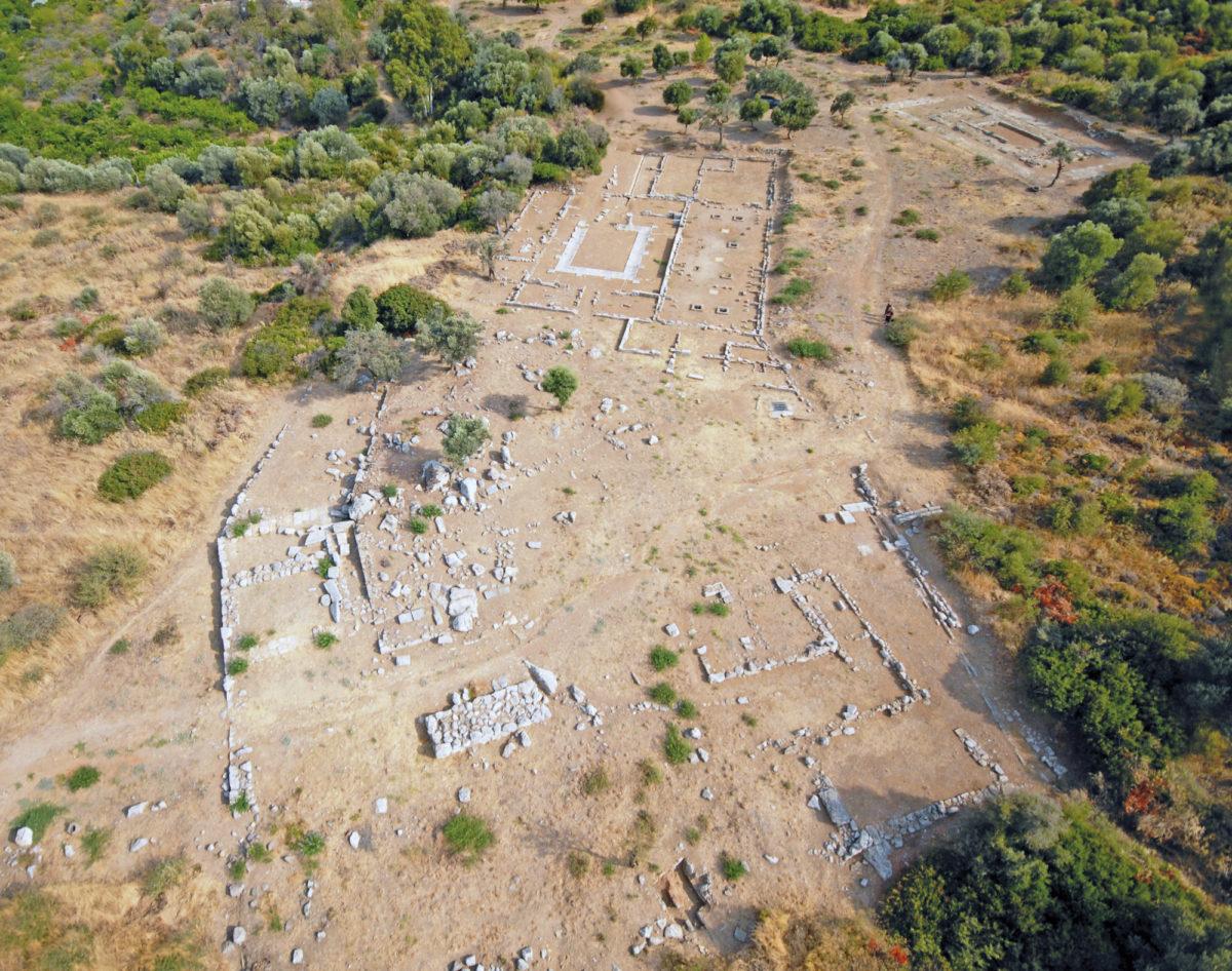Το ιερό του Ιππολύτου στα δυτικά της αρχαίας πόλης (αεροφωτογραφία).