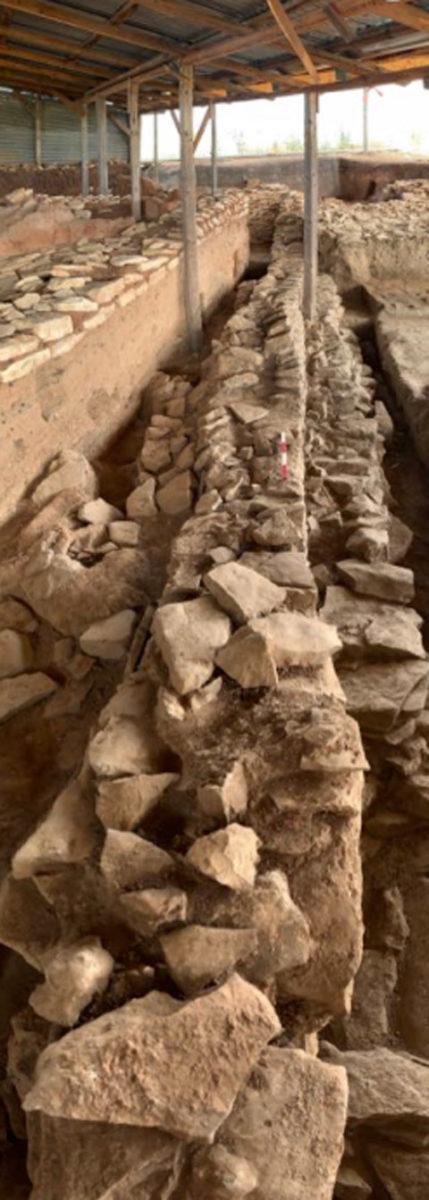 Οι διαστάσεις των πέτρινων τοίχων του κτιρίου το καθιστούν ένα από τα μεγαλύτερα αυτής της εποχής που έχουν βρεθεί στον ελλαδικό χώρο. Φωτ.: Φώτης Υφαντίδης.